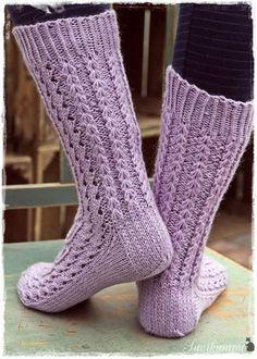 Life with Mari: Alle polven mittaiset Lise-Loten sukat Lace Socks, Crochet Socks, Knitted Slippers, Wool Socks, Knitting Socks, Knitted Hats, Knit Crochet, Bed Socks, Fashion Socks