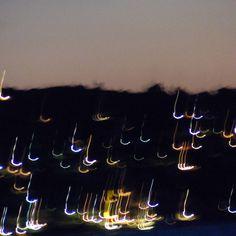 Die Lichter einer Insel mit bewegter Kamera aufgenommen.... Neon Signs, Lights, Island