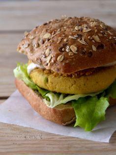 Hambúrgueres de grão-de-bico e caril // Curry chickpea burgers - Compassionate Cuisine