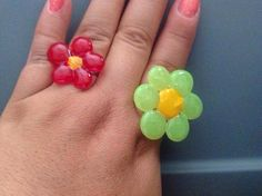 Anillos elaborados de silicon caliente en forma de flor y pintados con esmaltes para uñas, se pegan con silicon caliente y listo !!