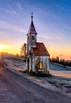 Abandoned Churches, Old Churches, Abandoned Places, Beautiful Buildings, Beautiful Places, Interesting Buildings, Beautiful Pictures, Old Country Churches, Church Pictures