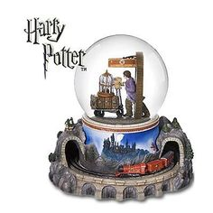New In Box Harry Potter Hogwarts Express / Platform 9 San Francisco Music Box Company Waterglobe This is a very rare Waterglobe. Harry Potter Snow Globe, Harry Potter Items, Harry Potter Merchandise, Harry Potter Love, Harry Potter World, Harry Potter Hogwarts, Hades Disney, Harry Potter Nursery, Harry Potter Collection
