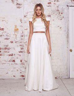 Em versão noiva top cropped, esse look lindo em duas peças, super fashion e minimalista, que pode compor um casamento na praia ou no campo,apenas com variações mínimas de acessórios. Modelo da grifeKaren Willis Holmes