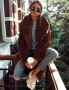 Le manteau en fausse fourrure marron, le vêtement doudou du moment (manteau H&M - photo Eva Cliteur)