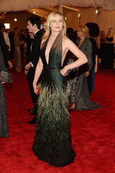 Kirsten Dunst, musa de las hermanas de Rodarte, ha elegido para esta edición de la Gala del Met un diseño de Louis Vuitton.