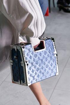 Fashion Runway Show, Fashion Hub, Vogue Paris, Louis Vuitton Paris, Sacs Louis Vuiton, Motif Art Deco, Converse, Mannequins, Purses And Bags