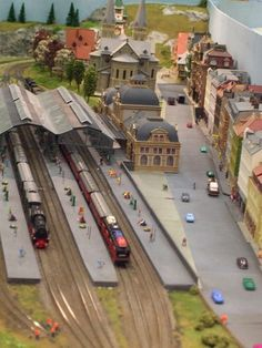 N Scale Model Trains, Scale Models, Miniature Auto, Ho Train Layouts, Escala Ho, Model Railway Track Plans, Electric Train Sets, Railroad Photography, Mercedes Benz
