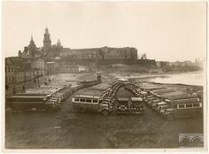 """Kraków - autobusy miejskie nad brzegiem Wisły, fot. Agencja Fotograficzna """"Światowid"""" (1933)"""