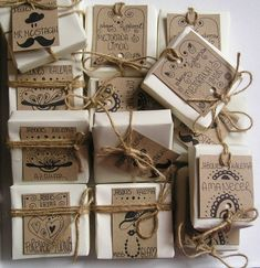 BROWN PAPER CRAFTS such a cool gift wrapping idea! for soap/chocolate packaging .or maybe even homemade cookies! Any creative handmade gift would do well here if it's small enough to wrap it like that. Again, awesome packaging idea! Pretty Packaging, Packaging Design, Packaging Ideas, Label Design, Diy Savon, Soap Packing, Soap Labels, Cookie Packaging, Soap Boxes