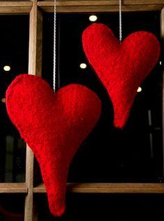 Her får du opskrifter på filtede hjerter til vinduet eller til træet og på til- og fra kortene. Et par bløde, røde hjerter i vinduet signalerer varme og hjemmehygge, og de filtede hjerter er både fine og nemme at lave