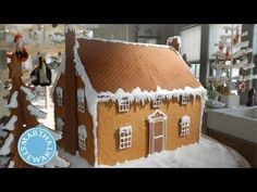 Martha and crafter Jodi Levine make cute cottages out of graham crackers. Make a whole village and they'd be perfect for a Christmas centerpiece. Graham Cracker House, Graham Cracker Gingerbread House, Gingerbread House Parties, Christmas Gingerbread House, Christmas Crafts, Gingerbread Houses, Martha Stewart, How To Make Graham, Christmas Appetizers