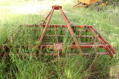 Estirpatore a molle per togliere erbacce nei campi.