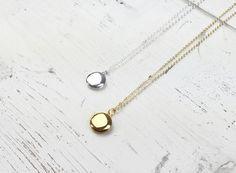 ACHTUNG: Ab sofort auch in Rosé vergoldet zu haben. Fotos folgen. :) Zarte Kette mit einem kleinen, runden, vergoldetem oder versilbertem Medaillon. Es hat einen Durchmesser von 1,3 cm. Die...