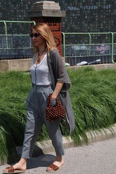 How wear grey in the summer.Inspiration outfit for womwn over 40 & over 50. #fashionover40 #styleover50