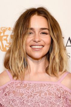 Emilia Clarke has gone blonde and we are loving her new look. Her soft ombre starts on a warm tone and finishes in a perfect Malibu blonde, her messy wavy locks are beach-babe material!