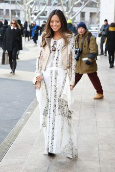 Once again song of style makes a statement in the New York streets From New York fashion week Street style Street Style Chic, New York Fashion Week Street Style, Autumn Street Style, Street Style Looks, Mode Simple, Song Of Style, Modest Fashion, Fashion News, Dope Fashion