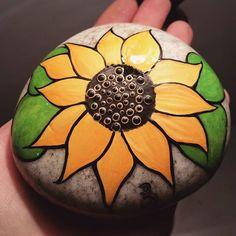 Sunflower #rachelrox #paintedstones #paintedrocks #rachelsrocks #fallprep #fallshow #sunflower #ilovecolour #sparklenshine #dottedartwork #obsession #glossy