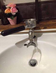 Buongiorno!!! Oggi vi proponiamo la foto di un nuovo rubinetto, sperimentato da chi come noi ha sempre la testa al caffè. Buon week end a tutti !!! #ilcultodelcaffè