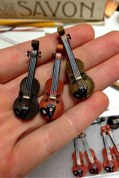 Learn to quill amazingly tiny violins and cellos via this step-by-step tutorial…. Learn to quill amazingly tiny violins and cellos … Paper Quilling Jewelry, Quilled Paper Art, Quilling Earrings, Quilling Paper Craft, Quilling 3d, Quilling Patterns, Quilling Designs, Paper Crafts, Quilling Ideas