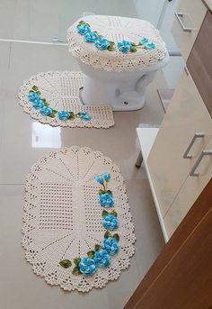set of 3 pieces for bathroom, hook totally handmade in organic wool, carpets decoration Crochet Baby Dress Pattern, Crochet Flower Tutorial, Crochet Flower Patterns, Crochet Designs, Crochet Doilies, Crochet Flowers, Crochet Hats, Wc Set, Crochet Christmas Wreath