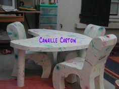Une table de travail et ses chaises en carton