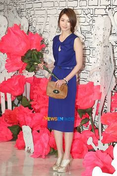 Love these oversized flowers & decor at the Mulberry Spring 2011 Fashion show in Seoul. Would make a great spring window display!
