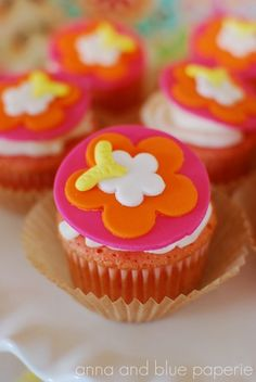 #cupcakes Luau cupcakes     If you like this pin, re-pin or like it :)   http://subjectbase.com
