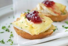 Camembert toast is a very simple recipe that gets a sweet-bitter taste from the cranberries. Ideal for the quick kitchen. The post Camembert toast recipe appeared first on Win Dessert. Picnic Sandwiches, Slider Sandwiches, Roast Beef Sandwiches, Toast Sandwich, Grilled Sandwich, Sandwich Recipes, Egg Recipes, Veggie Sandwich, Chicken Recipes