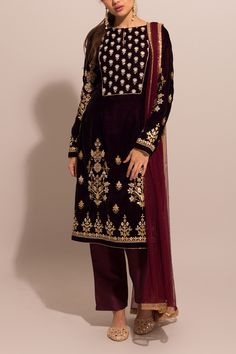 Simple Pakistani Dresses, Indian Gowns Dresses, Pakistani Dress Design, Pakistani Outfits, Indian Outfits, Designer Party Wear Dresses, Indian Designer Outfits, Embroidery Suits Design, Embroidery Fashion