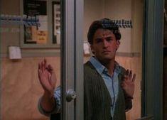 Imagem de chandler bing and friends Serie Friends, Friends Cast, Friends Episodes, Friends Moments, Friends Tv Show, Friends Image, Ross Geller, Daily Odd, Rachel Green
