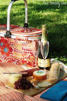 Simple Picnic Idea    http://www.bluearthrealty.com/
