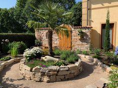 Wunderschöne Gartenmauer mit Urlaubsfeeling. Chill, Patio, Outdoor Decor, Plants, Home Decor, Romans, Walls, Vacations, Nice Asses