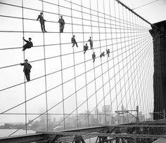 Sur cette photo prise le 7 Octobre 1914, des peintres repeignent des câbles sur le pont de Brooklyn mis en service 31 ans plus tôt. Mieux vaut ne pas avoir le vertige !
