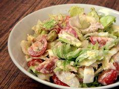 Eat with Love ♥: OSVĚŽUJÍCÍ SALÁT S TUŇÁKEM A VEJCI 1/3 ledového salátu 200g cherry rajčat 1 uvařené vejce 60g tuňáka ve vlastní šťávě 1 lžíce zakysané smetany strouhaný tvrdý sýr zelené olivy citrónová šťáva sůl, pepř    Postup přípravy: Nic těžšího než nakrájení zeleniny a smíchání se zbytkem surovin vás opravdu nečeká :) Dochutit můžete samozřejmě podle sebe. Mně stačila sůl, pepř a trocha citrónu. Zelenina skvěle sedla ke kombinaci tuňák-vejce-olivy a zakysaná smetana se nastrouhaným…
