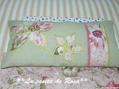 La casita de Rosa: Porta tijeras y Alfiletero con tira hilos. Patchwork Bags, Scissors, Diaper Bag, Bed Pillows, Patches, Sewing, Crafts, Club, Baby Hats