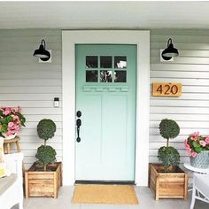 We've gathered a collection of pretty front porch ideas. Hope you enjoy and find some inspiration for your own front porch. Find even more entryway front porch decor inspiration at my webpage. Porch Kits, Porch Ideas, Patio Design, House Design, Front Door Planters, Wooden Planters, Green Front Doors, Beautiful Front Doors, Building A Porch