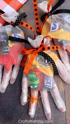 Halloween Candy Glove Treats- fun halloween craft diy project to hand out to kids. Candy surgical glove to fill for gifts! food crafts for kids easy Halloween Candy Glove Treats Comida De Halloween Ideas, Dulceros Halloween, Bonbon Halloween, Halloween Ribbon, Fun Halloween Crafts, Halloween Food For Party, Halloween Birthday, Diy Halloween Decorations, Holiday Crafts