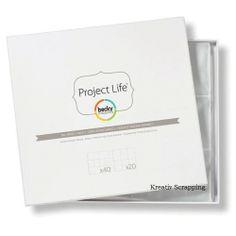 """PROJECT LIFE BECKY HIGGINS - POCKET PAGES - BIG VARIETY PK 2 Pakke med 60 lommer til """"PROJECT LIFE"""" serien fra AMERICAN CRAFTS. Designet avBECKY HIGGINS.Pakken inneholder 40 protectors i DESIGN A og 20 protectors i DESIGN D.Lommene måler ca 30,5cm x 30,5cm og passer i de fleste 3-rings permer i 12x12 album.Vårt utvalg i album finner du her Pocket pages fit in most 3-Ring 12""""X12"""" albums. This package contains fortyDesign A photo picket pages and twenty Design D ..."""