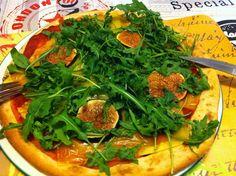 Abends gabs dann Pizza bei Petzi und zwar in einer meiner liebsten Kombinationen mit Feigen! Pizza mit Tomatensauce, Wilmersburger, frischer Feige und Rucola. LECKER!