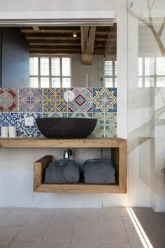 vasque salle de bain à poser, vasque noire et carreaux de ciment