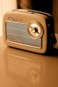 Add light inside - Vintage Radio Reflection by Thierry Bressy Vintage Design, Retro Vintage, Vintage Music, Retro Design, Retro Radios, Transistor Radio, Record Players, Estilo Retro, Boombox