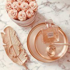 Rose Gold Aesthetic, Cream Aesthetic, Boujee Aesthetic, Aesthetic Room Decor, Aesthetic Fashion, Aesthetic Iphone Wallpaper, Aesthetic Wallpapers, Rangement Makeup, Perfume
