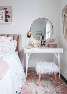 15 Cool Bedroom Vanity Design Ideas - Page 5 of 15 - Bedroom Design Small Bedroom Vanity, Mirror Bedroom, Small Vanity Table, Bedroom Makeup Vanity, Desk In Small Bedroom, Vanity Bathroom, Small Room Design Bedroom, Small White Bedrooms, Small Bed Room Ideas