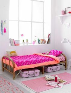 conforama chambre fille, grande fenêtre tapis coloré, lit en bois clair