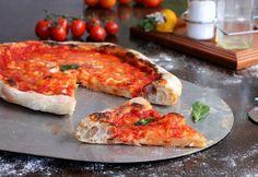 Pizza ricetta della nonna preparata con il lievitino che la rende soffice, bollosa e leggerissima. Da cuocere nel forno casalingo o nel fornetto pizza.