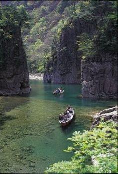 広島県山県郡安芸太田町にある三段峡  黒淵猿飛二段滝三段滝三ツ滝の五大景観からなる景色は見応え抜群 ゆっくりと流れる清流の中連綿と続く岩と緑をじっくり観察することも出来ますし専用のボートに乗って自然と一体になれる場所です  国の特別名勝にも指定されているこのスポットは西中国山地国定公園のシンボルとも言える代表的な景勝地です 有名ではあるものの比較的に観光客がそれほど多くはない穴場のスポットなので是非おすすめします  tags[広島県]