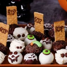 (Halloween) brownie bites, but totally good ideas for a birthday party too! (The… (Halloween) brownie bites, but totally good ideas for a birthday party too! (They have a dirt worm one! Halloween Brownies, Bolo Halloween, Postres Halloween, Halloween Goodies, Halloween Food For Party, Halloween Cupcakes, Dessert Recipes Halloween, Halloween Snack Ideas, Halloween Dessert Table