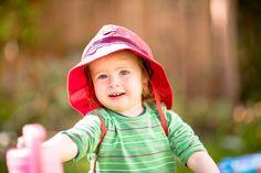 Pălărie din materiale exclusiv organice. - 100 % bumbac organic din culturi controlate biologic kbA. Bumbacul este lipsit de aditivi chimici.   Este o super pălărie de soare  pentru cei mici și mari, le protejează capul, fața, gâtul și umerii de razele soarelui în plimbări, la mare sau drumeții. Este o super pălărie de soare cu protecție UV pentru cei mici. Mărimi pălărie de la 48(bebeluși,copii)  până la 56(adulți- femei și bărbați).  Produsele Pickapooh sunt fabricate în Germania. Bucket Hat, Marie, Hats, Model, Fashion, Firefighter, Tricot, Moda, Bob