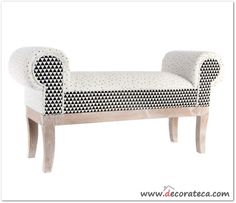 """Banco descalzador """"Triangle"""". Original mueble descalzador realizado en madera y tela, decorado con motivos geométricos en blanco, negro y mostaza - WWW.DECORATECA.COM"""