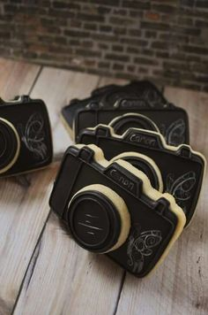 Camara cookies - iced cookies shaped and frosted like cameras Fondant Cookies, Cookie Icing, Royal Icing Cookies, Cupcake Cookies, Cookie Cutters, Fancy Cookies, Cute Cookies, No Bake Cookies, Cookies Decorados